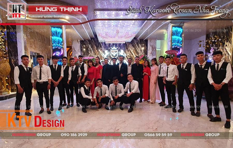 Đội ngũ phục vụ chuyên nghiệp tại karaoke Crown