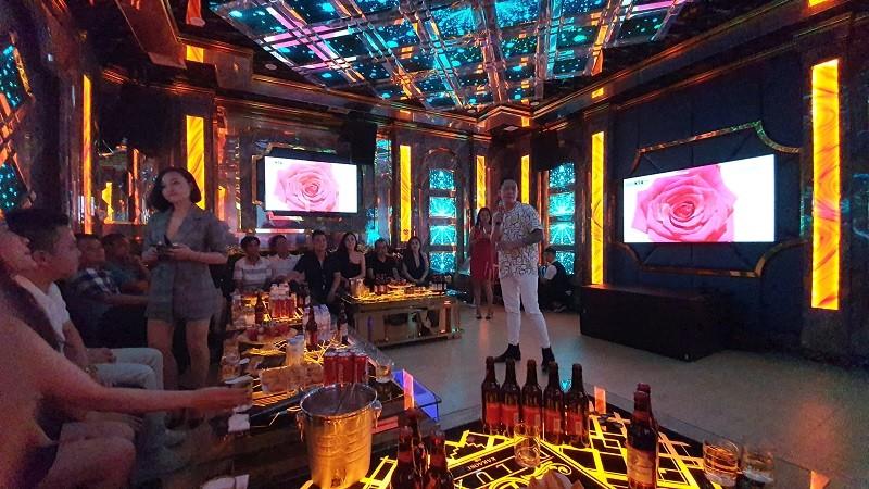 Ca sỹ Duy Mạnh biểu diễn tại karaoke Deluxe