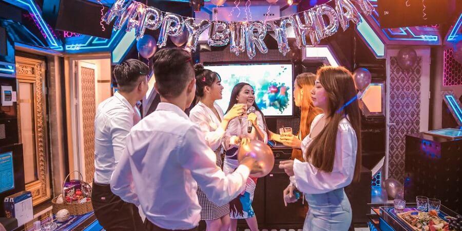 hát karaoke là phương pháp giải trí giải stress hiệu quả